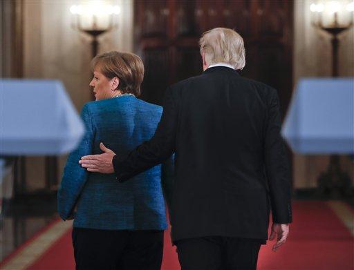 El presidente Donald Trump acompaña a la canciller alemana Angela Merkel, por un pasillo de la Casa Blanca en Washington después de participar ambos en una conferencia de prensa, el viernes 17 de marzo de 2017. (AP Foto/Pablo Martinez Monsivais)
