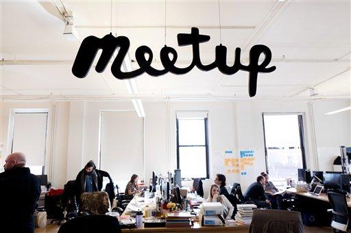 Fotografía del 13 de marzo de 2017 de varis miembros de Meetup trabajando en las oficinas de la compañía en Nueva York. (AP Foto/Mark Lennihan)