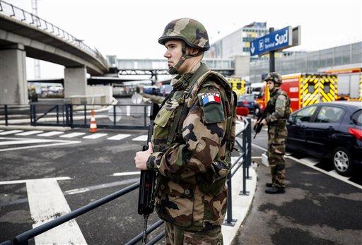 Soldados patrullan en el aeropuerto de Orly, al sur de París, el 18 de marzo de 2017. Los soldados que custodiaban el aeródromo abatieron a un hombre que derribó a uno de sus compañeros e intentó robarle el arma, según autoridades. (AP Foto/Kamil Zihnioglu)